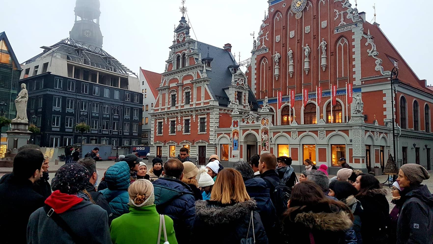 Photo prise dans la ville de Riga en Lettonie. Il y a des bâtiments avec une devanture typique art nouveau.