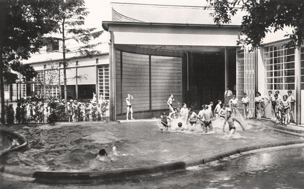 Photo des années 30 de l'EPA de Suresnes. Des enfants prennent une douche et se baignent.