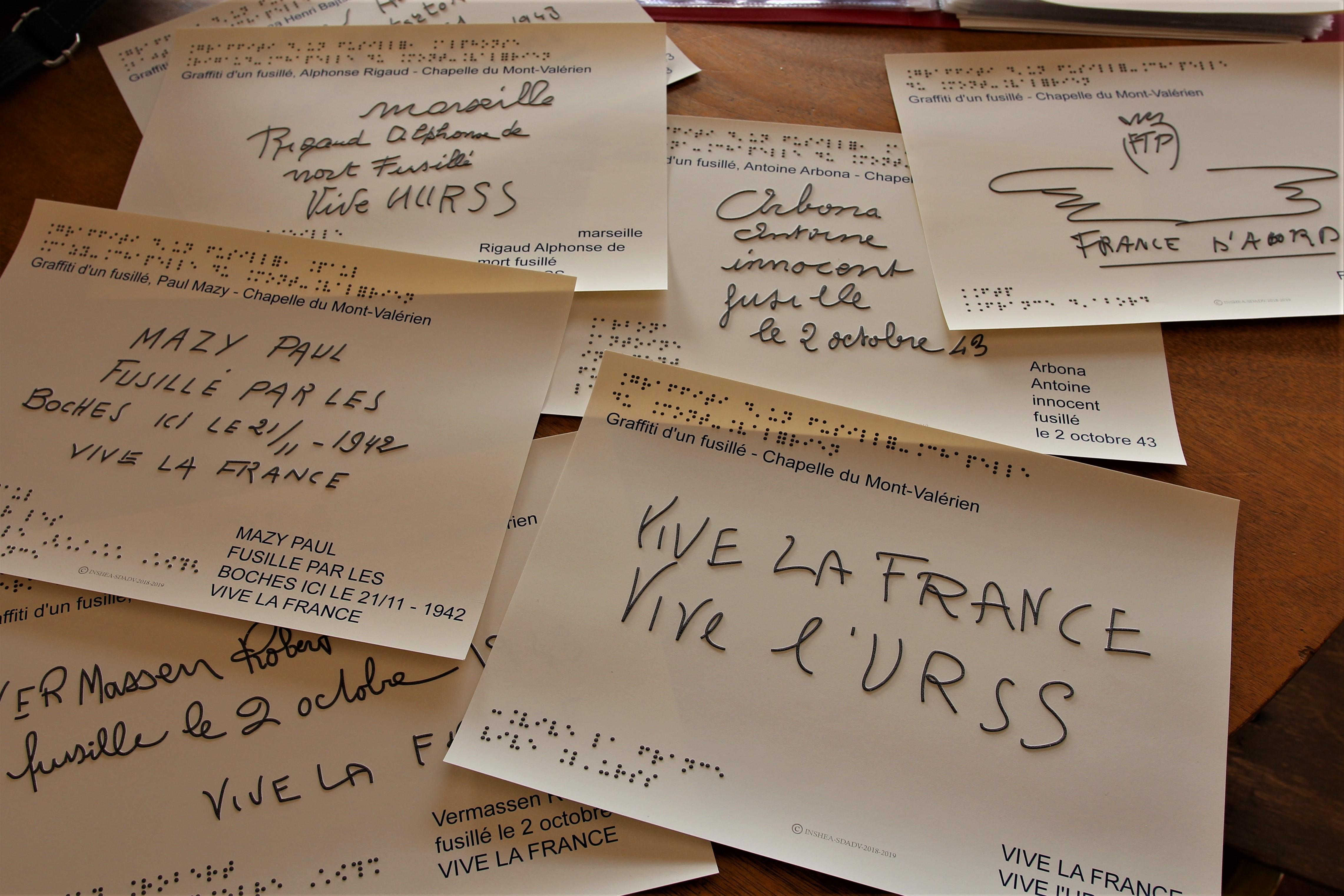 """Photo des graffitis adaptés en braille et en relief, 5 textes sont visibles sur la photo : """" Mazy Paul, fusillé par les boches ici le 21 novembre 1942, vive la France """" ; """" Marseille, Rigaud Alphonse, mort fusillé, vive l'URSS """" ; """" Arbona Antoine, innocent, fusillé le 2 octobre 43 """" ; """"FTP, France d'abord """" ; """" Vive la France, vive l'URSS """"."""