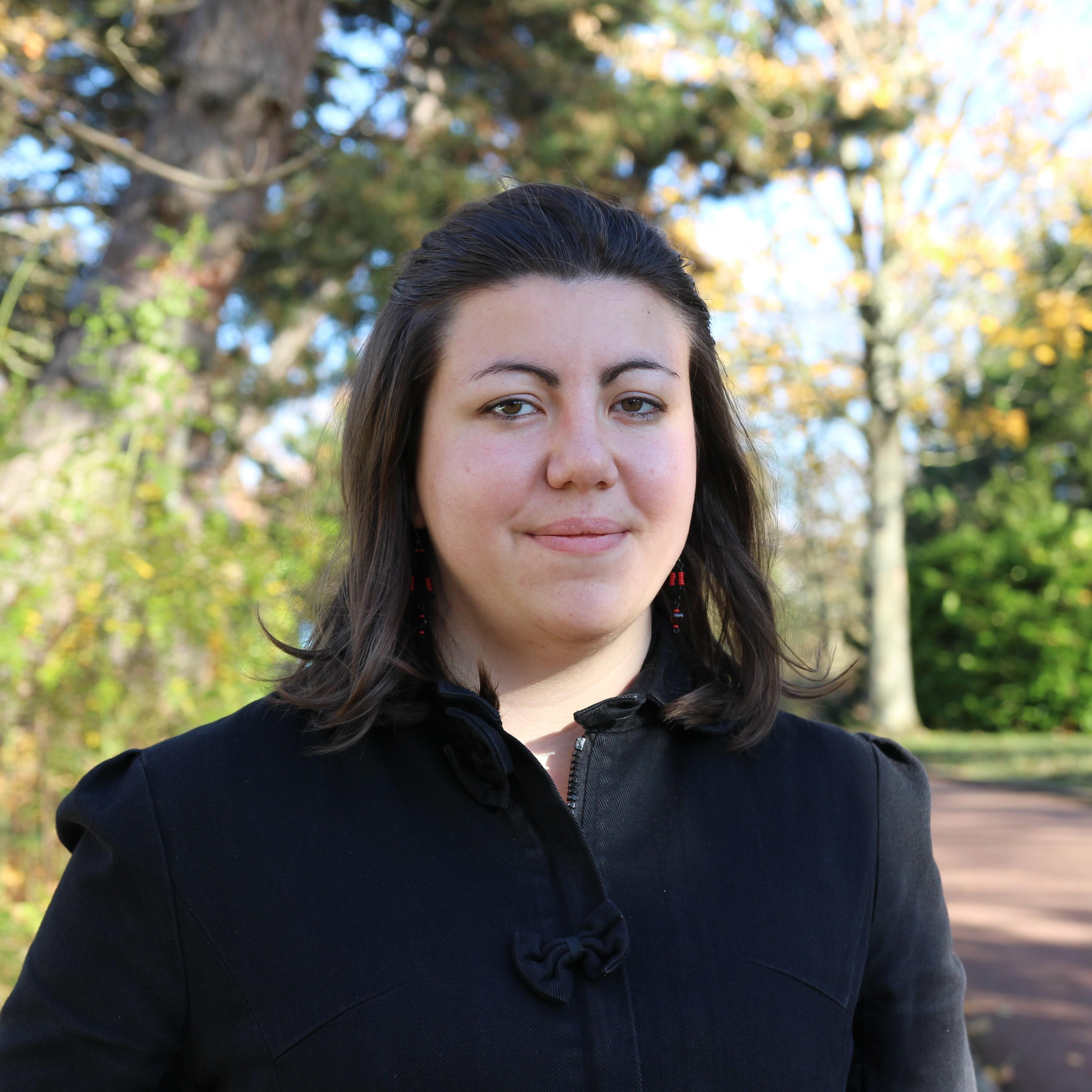 Photo de Claire, jeune femme brune aux yeux marrons.