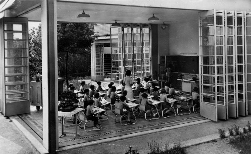 Un pavillon-classe de l'EPA de Suresnes. Photo datant probablement des années 30. Cette photo montre une classe ouverte avec des élèves étudiant.