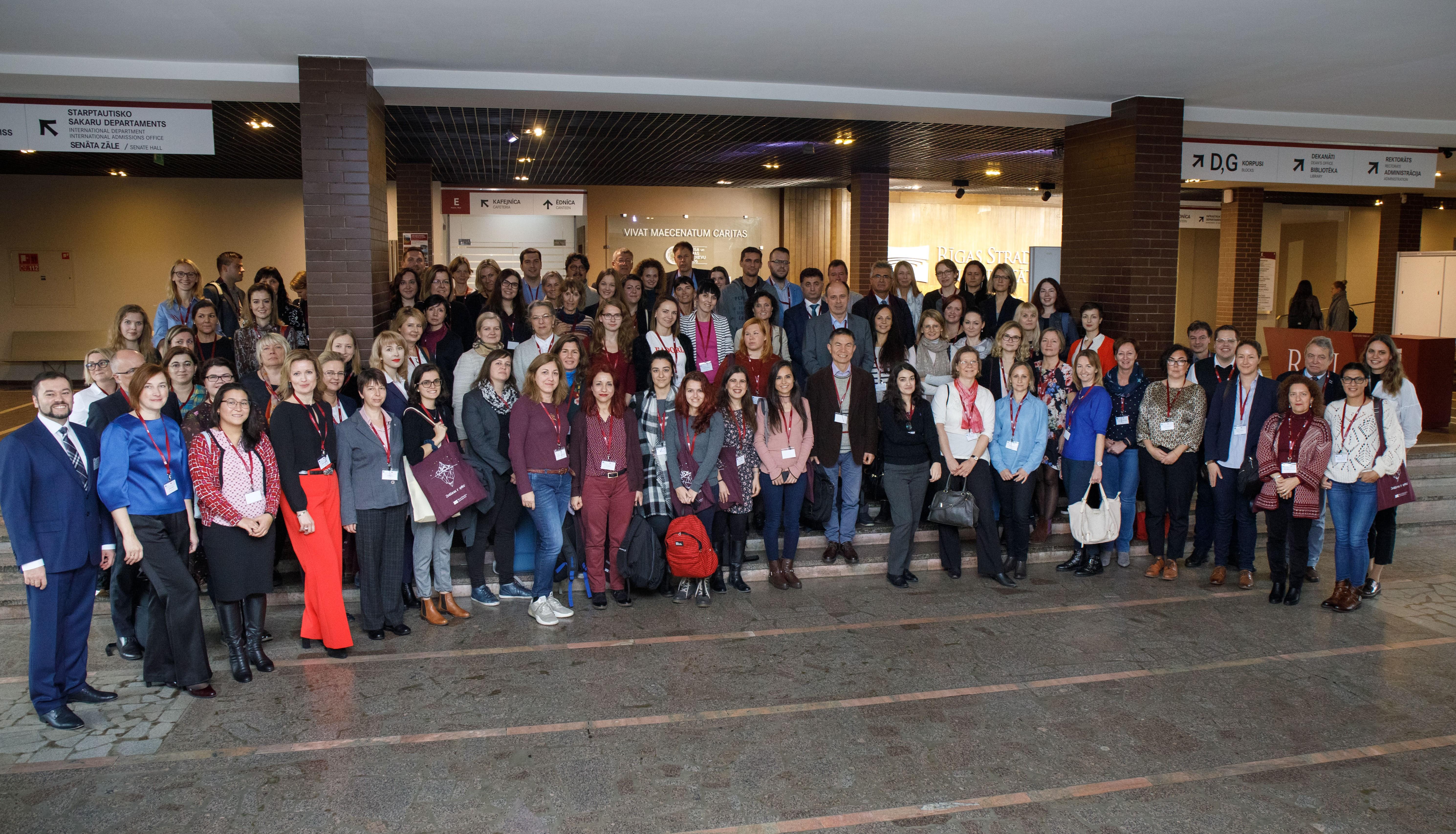 Photo de de groupe de tous les participants à la semaine de formation, environ 80 personnes.