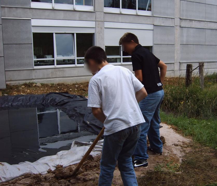 élèves qui creusent la terre